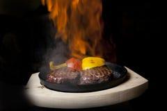 Pentola della carne su fuoco Fotografia Stock
