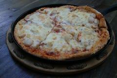 Pentola della pizza sulla tavola di legno immagine stock
