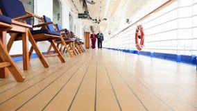 Pentola delle coppie senior che passeggiano sulla piattaforma della nave da crociera archivi video