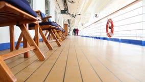 Pentola delle coppie senior che passeggiano sulla piattaforma della nave da crociera stock footage