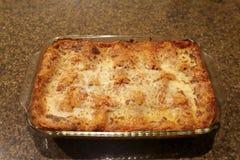 Pentola delle lasagne al forno casalinghe con formaggio fuso fotografia stock