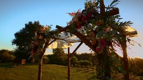 Pentola di disposizione di nozze di chuppah al tramonto video d archivio