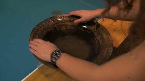 Pentola di vibrazione con acqua stock footage