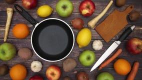 Pentola e frutta e verdure del coltello che si muovono - fermi il moto video d archivio