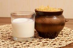 Pentola e vetro con latte Fotografia Stock Libera da Diritti