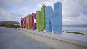 Pentola sinistra del segno di Cancun sulla spiaggia stock footage