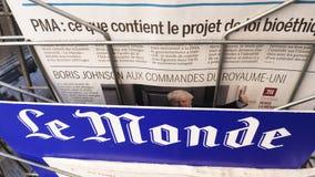 Pentola sopra il giornale Le Monde di Boris Johnson stock footage