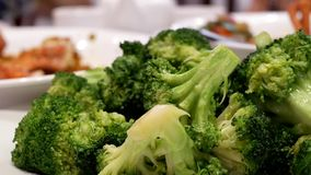 Pentola sparata dei broccoli sauteed con vapore video d archivio