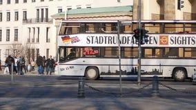 Pentola sparata di traffico al tor di Brandenburger, porta di Brandeburgo, a Berlino, la Germania stock footage