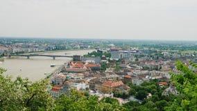 Pentola sparata: Panorama della città di Budapest, Ungheria Una di città più belle in Europa stock footage