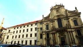Pentola sullo sqyare di Praga - architettura della gente delle automobili archivi video