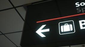Pentole della macchina fotografica all'icona di reclamo di bagaglio ad un aeroporto stock footage