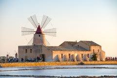 Pentole di Trapani con i mulini a vento, in Sicilia Fotografie Stock Libere da Diritti