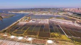 Pentole storiche del sale a vista aerea di Aveiro, Portogallo video d archivio