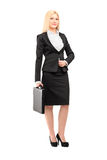 Pełny długość portret blond bizneswoman trzyma walizkę Fotografia Royalty Free