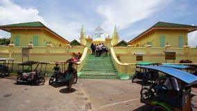 PENYENGAT-INSEL - MAI 2012: Leute bei Sultan Riau Mosque. Wände gemalt mit Tausenden Eiern stock video footage