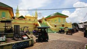 PENYENGAT-INSEL - MAI 2012: Leute bei Sultan Riau Mosque. Wände gemalt mit Tausenden Eiern stock video