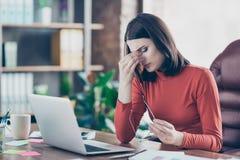 Peo souffrant de doigts de migraine de syndrome de spasme en difficulté négatif de sentiment photographie stock libre de droits