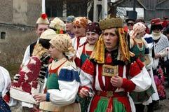 Peolple que celebra el carnaval de la conclusión del invierno foto de archivo