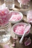 Peonía rosada de la sal de la flor para el balneario y el aromatherapy Imagenes de archivo