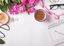 Peonías, café, vidrios y otros accesorios femeninos lindos Foto de archivo libre de regalías