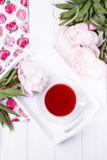 Peonías de las flores del té y del verano de la fruta en el fondo de madera blanco Imagenes de archivo