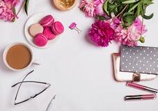 Peonías rosadas, café con leche y accesorios femeninos lindos Fotos de archivo