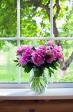 Peonías rosadas en travesaño de la ventana Foto de archivo libre de regalías