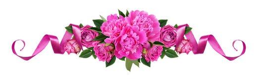 Peonías rosadas, flores color de rosa y cintas de satén en una línea AR floral fotos de archivo libres de regalías