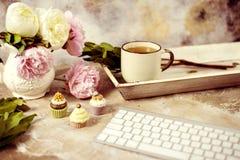Peonías rosadas frescas en fondo de madera envejecido Vista delantera con la composición del trabajo de la mañana del espacio de  imagen de archivo