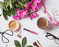 Peonías rosadas y accesorios lindos del ` s de la mujer Fotos de archivo