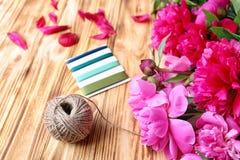 Peonías y accesorios hermosos del embalaje Foto de archivo