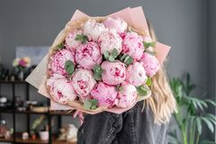 Peon?as rosadas en las manos de la mujer Flor hermosa de la peon?a para el cat?logo o la tienda en l?nea Concepto floral de la ti imagen de archivo