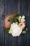 Peonia kwiatów przygotowania na starym drewnianej deski tle Festiv Obraz Stock