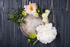 Peonia kwiatów przygotowania na starym drewnianej deski tle Festiv Zdjęcia Royalty Free
