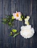Peonia kwiatów przygotowania na starym drewnianej deski tle Festiv Zdjęcia Stock