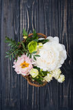 Peonia kwiatów przygotowania na starym drewnianej deski tle Festiv Fotografia Royalty Free