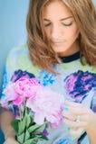 Peonia marrone del fiore della ragazza dei capelli del ritratto Immagine Stock Libera da Diritti