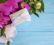 Peonia prezenta pudełka składu powitania urodzinowy romans błękitny drewniany tło Zdjęcia Royalty Free