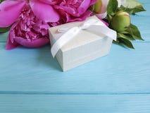 Peonia prezenta pudełka składu rocznika urodzinowy romans błękitny drewniany tło Obraz Stock