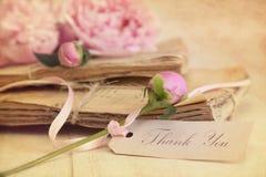 Peonie Blumen mit Weinlesepapieren Stockbild