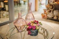Peonie e vaso rosa sulla tavola Fotografie Stock