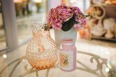 Peonie e vaso rosa sulla tavola Immagini Stock
