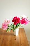 peonies Wildflowers in un vetro Fotografie Stock Libere da Diritti