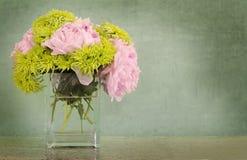 Peonies y crisantemos en florero Fotografía de archivo