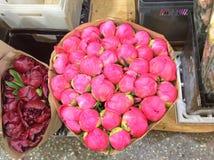 Peons som är till salu på blomman, marknadsför i Moskva, Ryssland royaltyfria foton