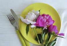 Peony ρομαντικός γάμος τομέα εστιάσεως προτύπων ρύθμισης έννοιας λουλουδιών πιάτων στο άσπρο ξύλινο υπόβαθρο Στοκ Εικόνα