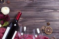 Peonys рюмки бутылки вина на белом деревянном столе Стоковая Фотография RF