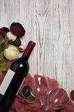 Peonys рюмки бутылки вина на белом деревянном столе Стоковые Изображения RF