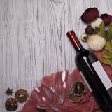 Peonys рюмки бутылки вина на белом деревянном столе Стоковая Фотография